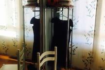perchero, silla y espejo de la habitación pequeña.
