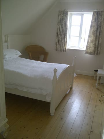 clean, bright room in rural village location - Moreton - House