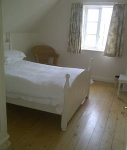 clean, bright room in rural village location - Moreton