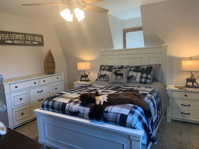 upstairs bedroom 1 , queen bed, plush mattress