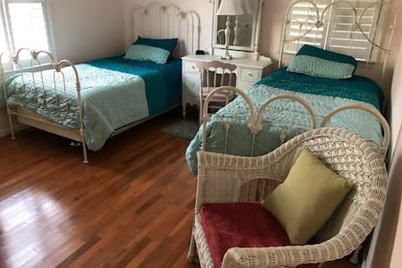Gorgeous Twin Bed Room in Cozy Lakehouse - Palmyra