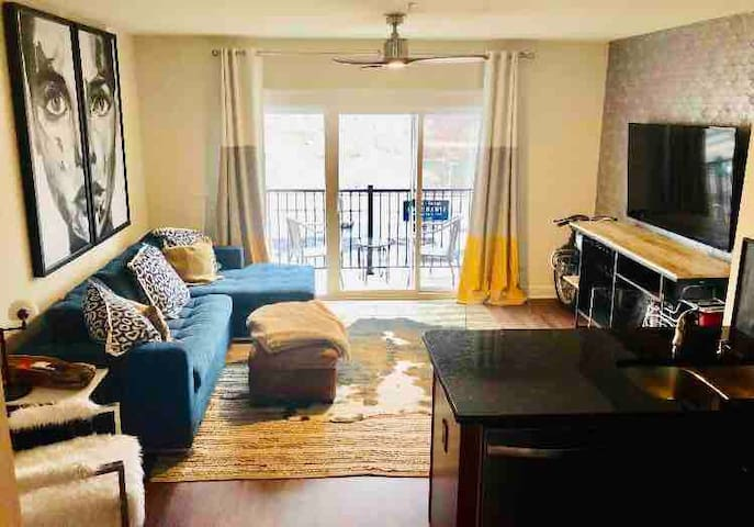 1 BD Downtown Riverfront Condo Sleeps 4 Balcony