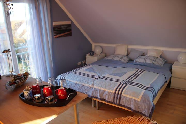 Dachbodenzimmer mit eig. Bad in Isar/Flughafennähe