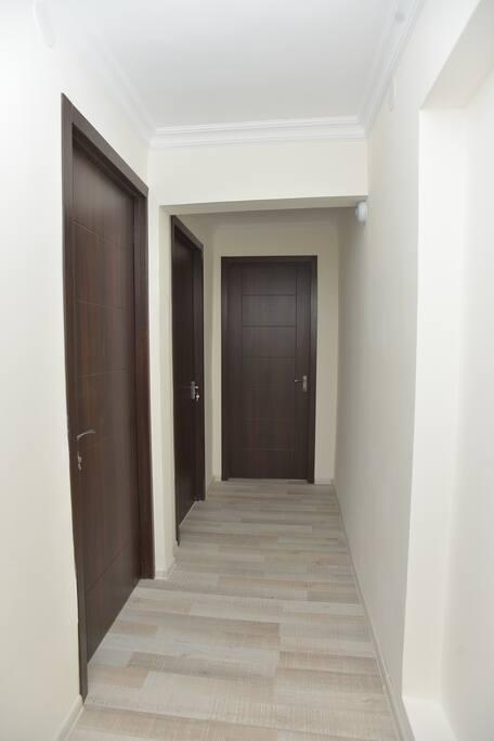 Дверь ресепшена, вход в апартаменты