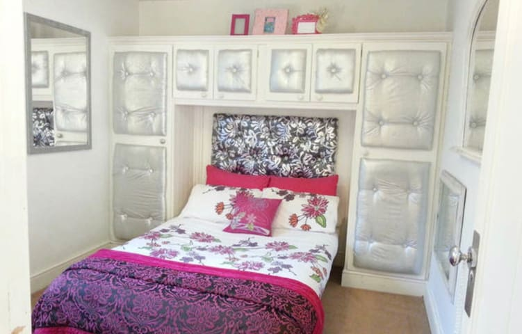 Modern  BOUTIQUE DOUBLE room - A Old Church Rd  - House