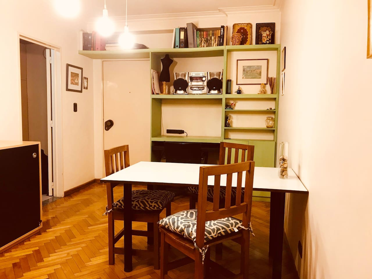 Comedor con biblioteca y escritorio
