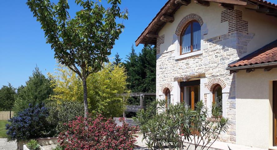 Petit duplex dans une ancienne ferme (2x20m²) - Saint-Rémy - Dům