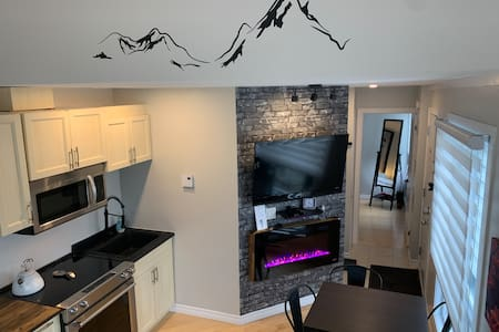Updated Modern Condo-A few steps to the Village