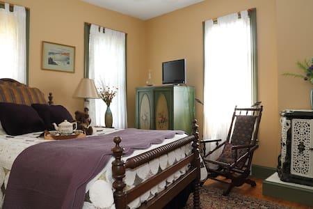 Topaz Room- Amethyst Inn B&B - Adamstown