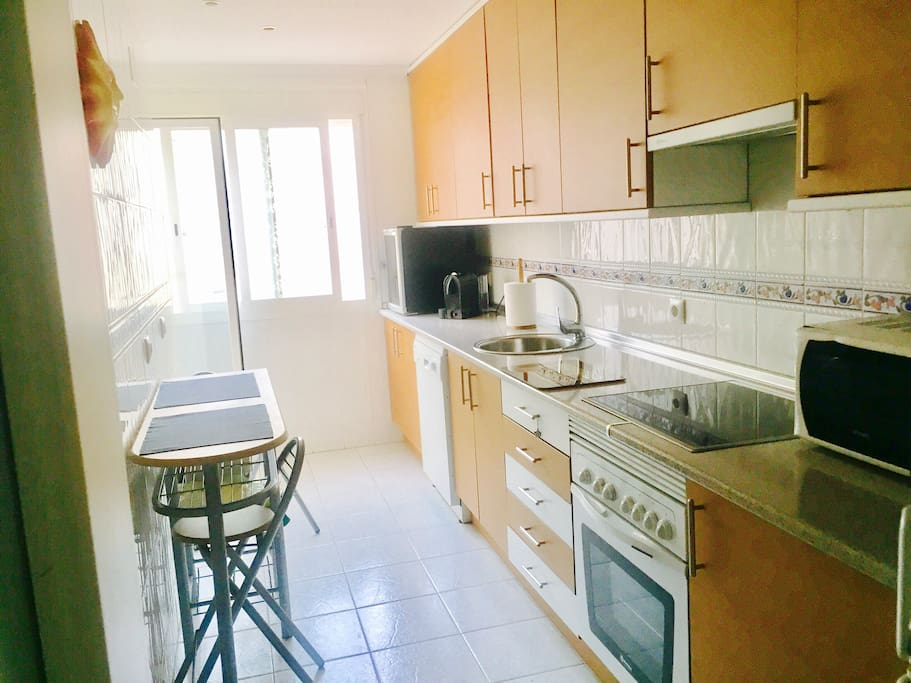 La cocina tiene terraza lavadero