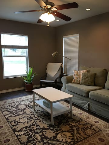 Cozy, modern apartment in Mahncke Park, SATX