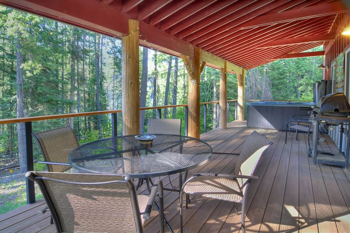 Modern lakefront retreat close to downtown Leavenworth w/lake access
