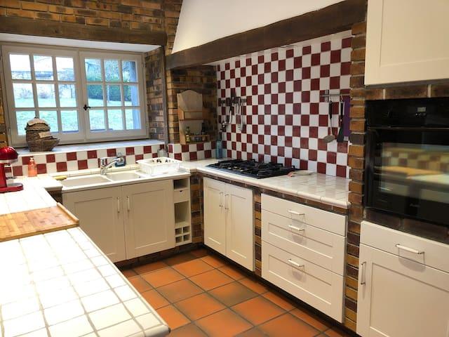 Cuisine équipée avec four, lave vaisselle, machine Nespresso et Dolce Gusto Grille pain, bouilloire, micro onde Vaisselle pour 16 personnes