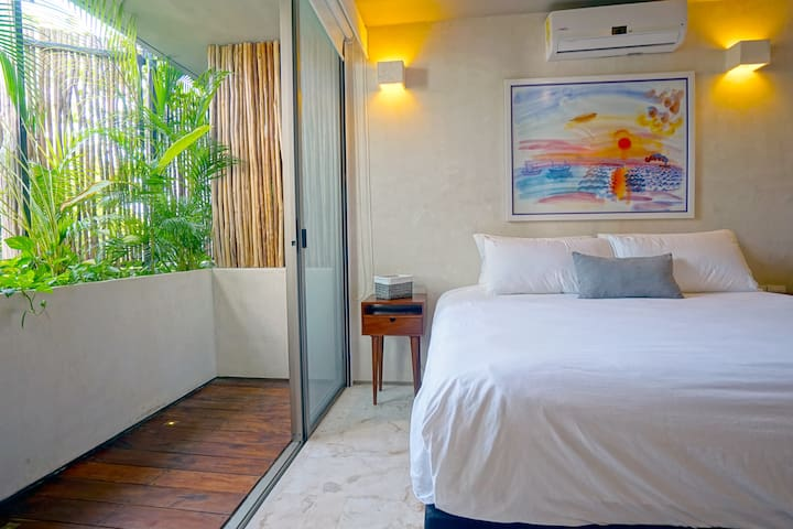 Master Bedroom #1 : floor to ceiling sliding doors let in light and jungle breeze