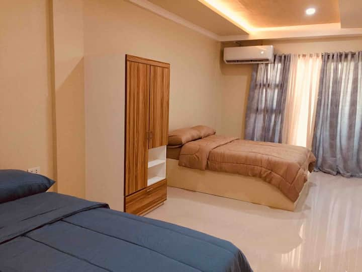 Studio type room with 2 double beds w/wifi/netflix