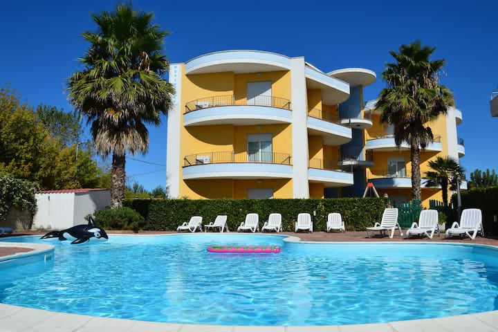 House in residence with swimming pool, only 100 meters from the sea.
