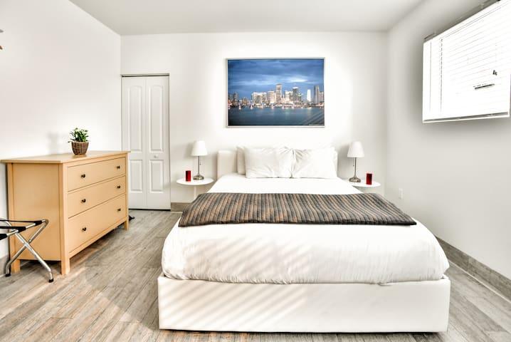 Designer One Bedroom & One Bathroom w/ Kitchen Sleeps (4)- D