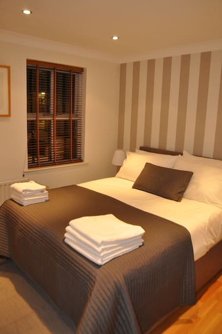 Spacious King Size Bedroom with En-Suite Bathroom