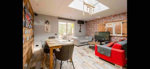 Private Cosy Cabin + Close to Tube + Free Parking