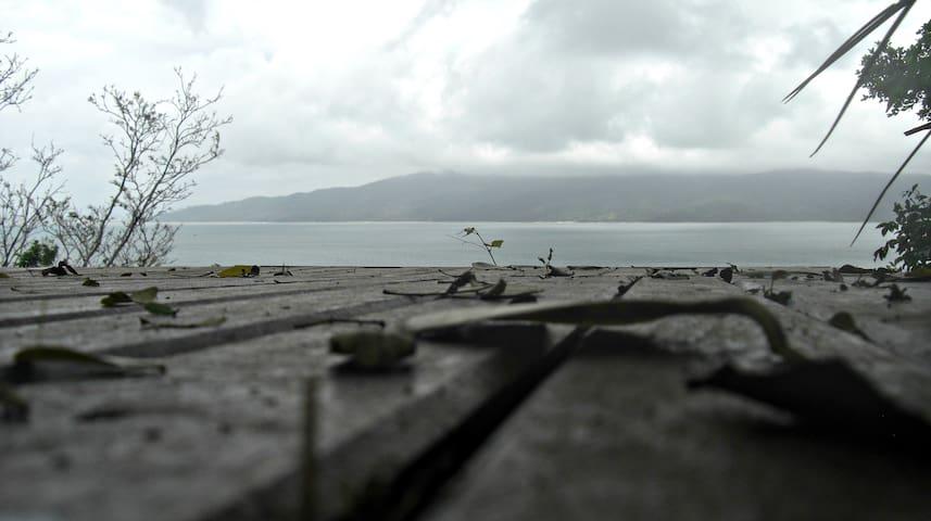 Deck nos fundos do chalé com vista panorâmica para a Baía de Zimbros.