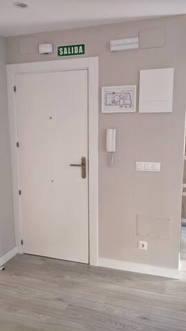 Puerta entrada. La casa tiene luces de emergencia, detectores de humo y detector de monóxido de carbono.
