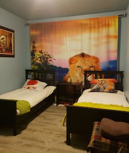 Private Room w/ Two Twin Beds in Happy Valley (#3)