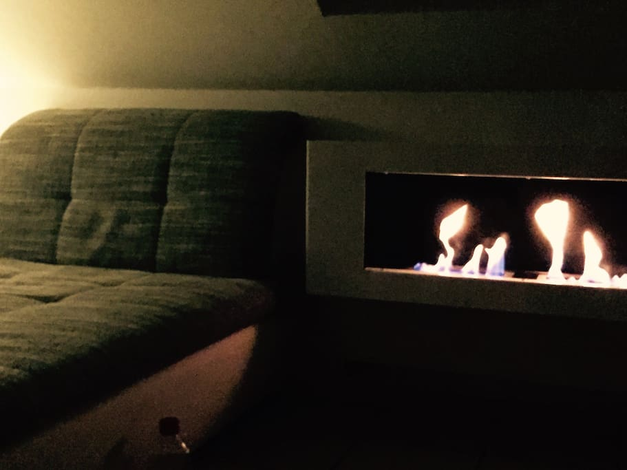 Fireplace right next to the couch / Couch mit Kamin