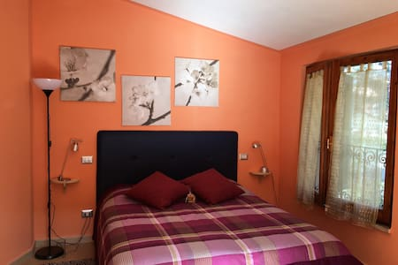 Homey b&b - orange bedroom - Sarteano