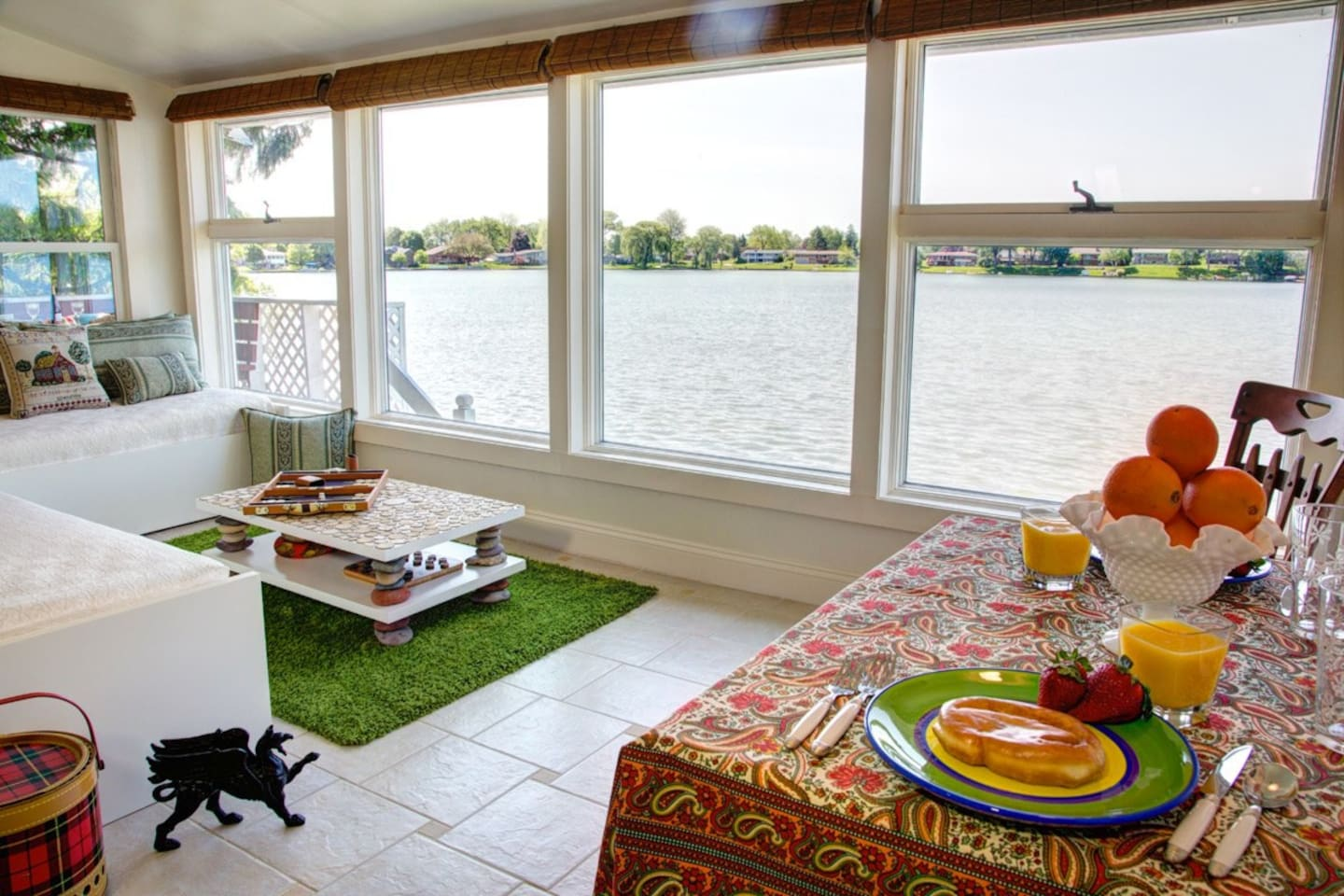 With the water so close, you'll feel as if you're on a houseboat. Front room with two day beds and dining table for 5+. Smart tv,   preferred Xfinity cable.