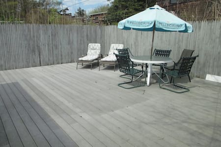 Charming home with private deck - Ocean Beach - 独立屋