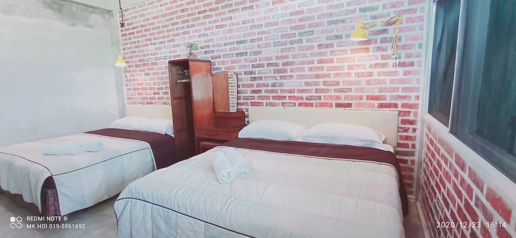 upstairs Deluxe Room (2 x King Size Double Bed) With Bathroom  楼上大卧室附设有共用浴室, 共有2张六尺双人床