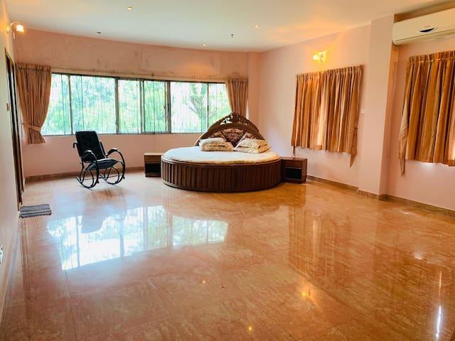 Spacious bedroom with en-suite bathroom & balcony