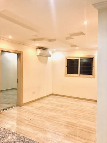 Spacious Unfurnished Apartment Downtown (عزاب)
