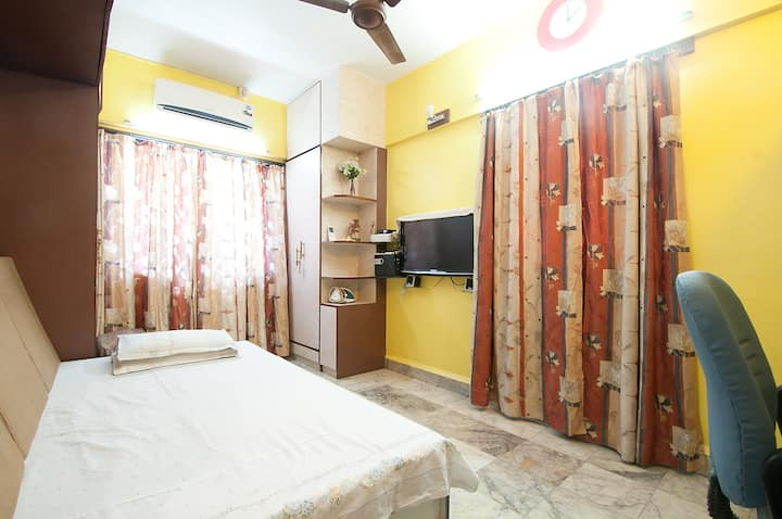 Private room with TV, AC, WiFi & Tea / Coffee