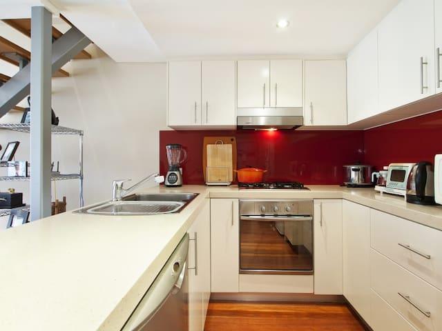 Prime Location, Modern Bedroom & Own Bathroom - Pyrmont - Apartment