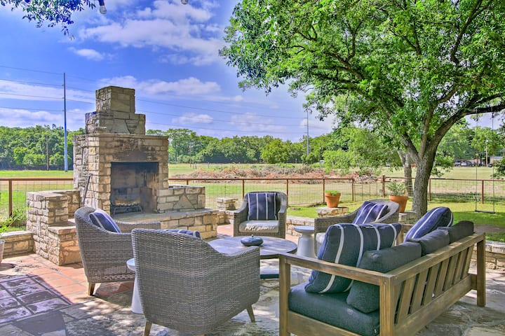 Comfort Cottage w/Patio by Top Outdoor Attractions