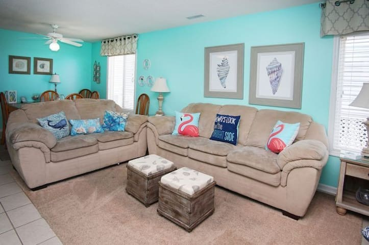 Furniture,Couch,Living Room,Indoors,Room