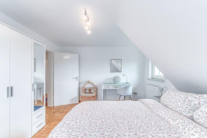 Schlafzimmer 1 mit Spielzeug/Schreibtisch