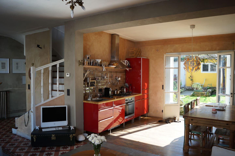 La cuisine et l'escalier qui monte à l'étage