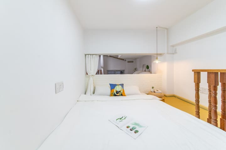 卧室2—1.8米的榻榻米大床,通过独特设计的半墙拱门和遮光帘与其他房间区隔