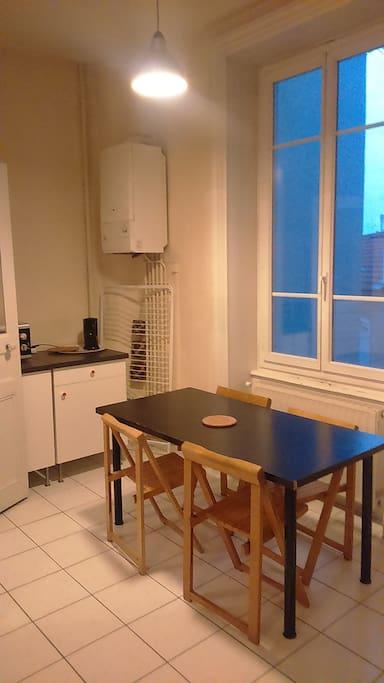 Une table à manger pour 4 personnes dans la cuisine