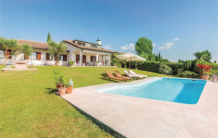 Holiday cottage with 5 bedrooms on 230m² in Bardolino VR