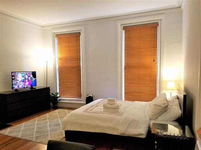 Comfy Studio near JHU. HBO/Netflix. FREE Parking.