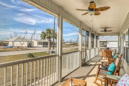 Gorgeous coastal home w/ full kitchen & screened-in porch - close to the beach!