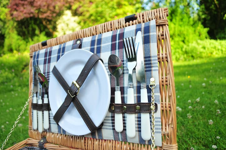 Enjoy a picnic with our complimentary hamper sets!