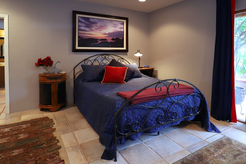 Comfy Queen bed with Tempurpedic mattress