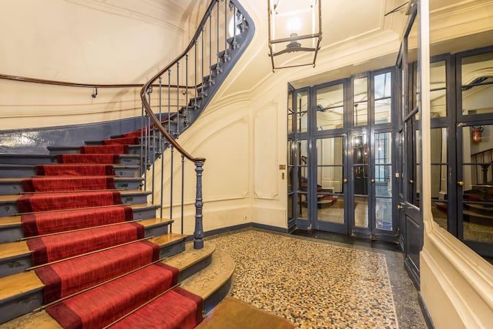 Accès avec un ascenseur au fond du hall