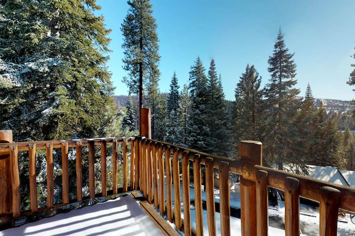 Family-sized cabin with deck, close to Huntington Lake and China Peak!