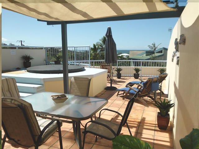 Beachside with Private Rooftop Jacuzzi - Castaways Beach