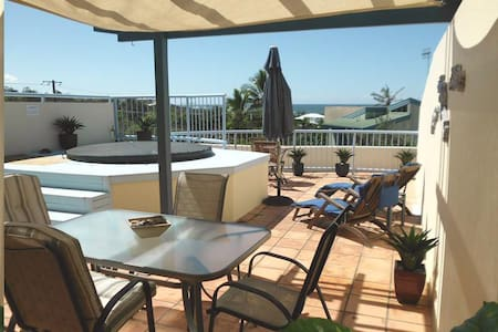 Beachside with Private Rooftop Jacuzzi - Castaways Beach - Leilighet